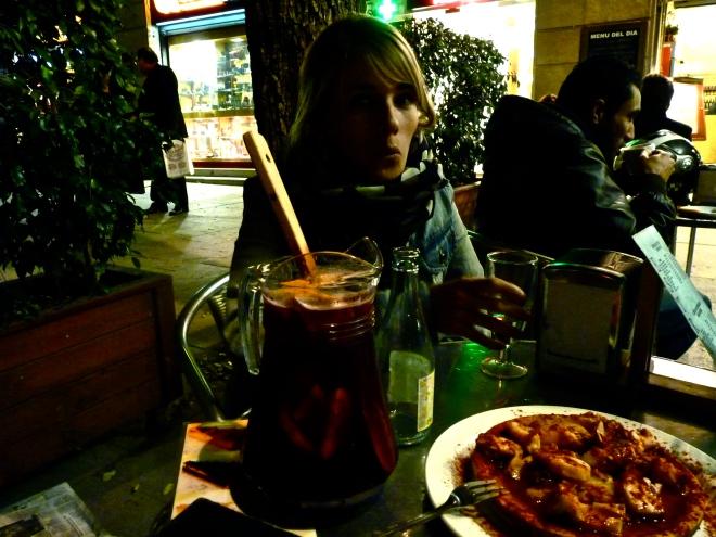 Moi devant mon pichet de sangria et mon assiette de puplo a la gallega- Photo: Guillemette Reynaud